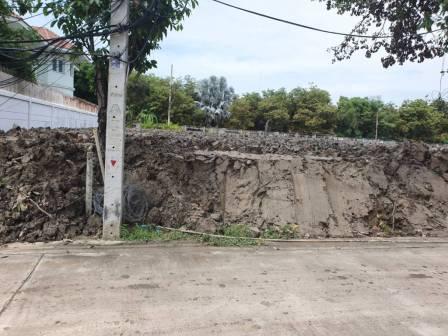 งานถมดิน มุมตรง เข้าหาแปลง สูงกว่าถนน 1 เมตร